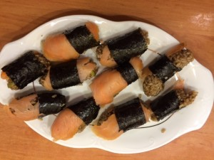 Sushi Nigiri podane na pułmisku