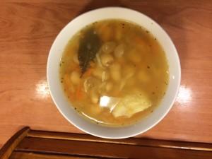 Miseczka zupy fasolowej z makaronem