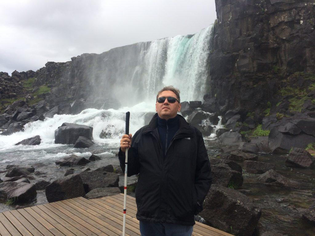 Stoję przed wodospadem Öxarárfoss.