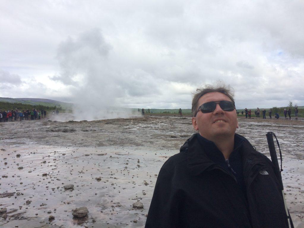 Stoję przed gejzerem Strokkur, a za moimi plecami rozwiewa się para po jego erupcji.
