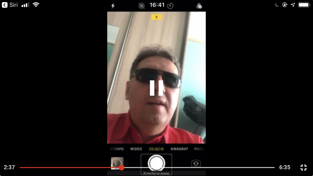 Zrzut ekranu z iPhone - Kadr z nagrania. Aplikacja Aparat i twarz Piotra widoczna w oknie podglądu.