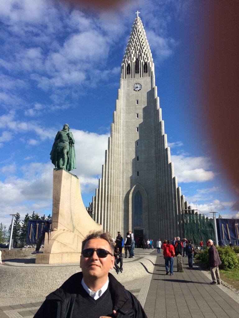 Stoję przed pomnikiem Leifa Eirikssona, przyjmując pozę identyczną jak bohater, tyle że zamiast miecza w dłoni dzierżę białą laskę.