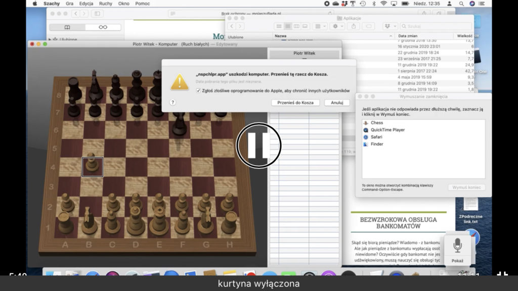 Kadr z nagrania - Szachownica na początku gry, biały pionek na polu B4 i czarny skoczek na polu F6
