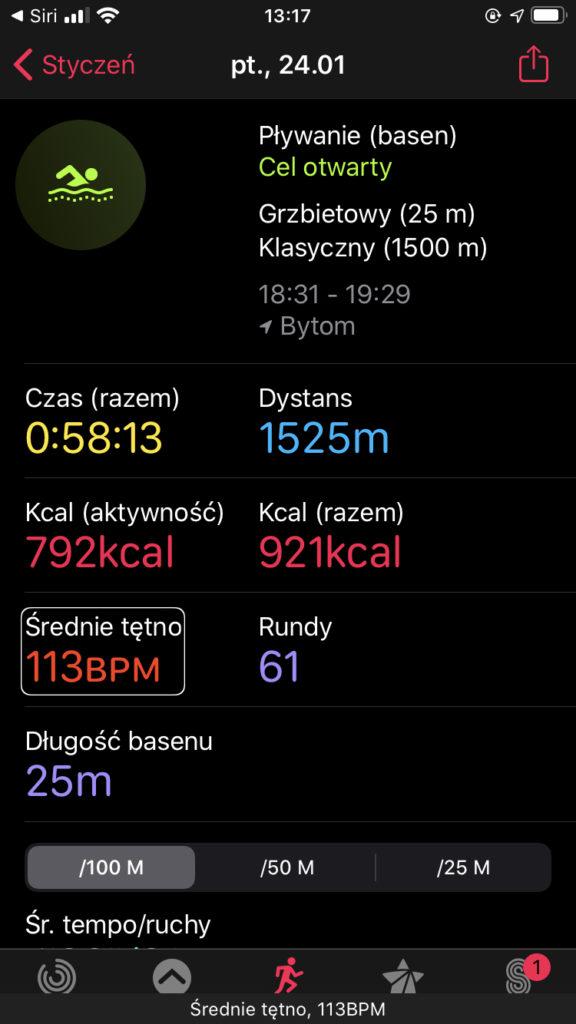 Zrzut ekranu z iPhone prezentujący okno podsumowania treningu w aplikacji Aktywność. Podsumowanie zawiera te same dane, które dostępne są z poziomu zegarka.