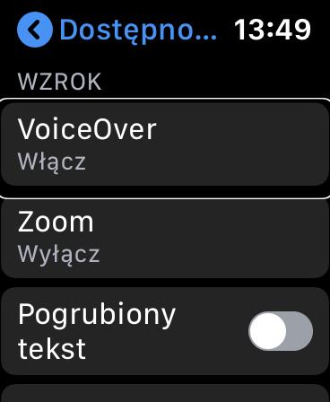 Zrzut ekranu z Apple Watch - Widok ustawień dostępności z podświetloną i zaznaczoną opcją VoiceOver