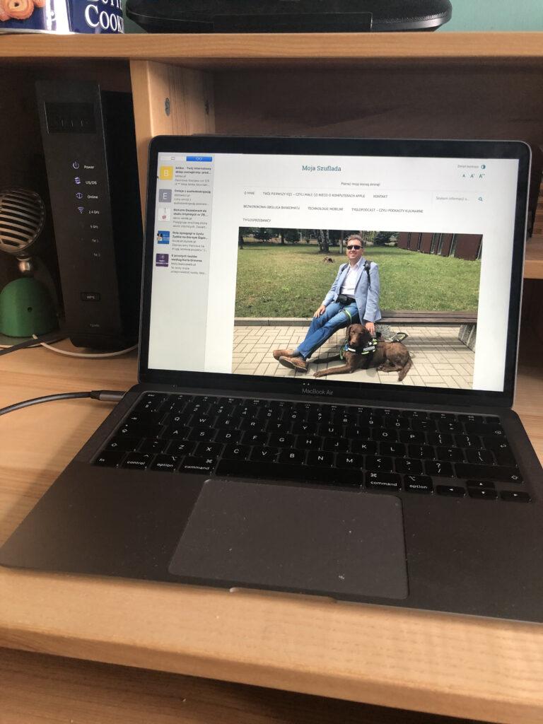 Zdjęcie Macbooka Air 2020 z otwartą stroną internetową www.mojaszuflada.pl