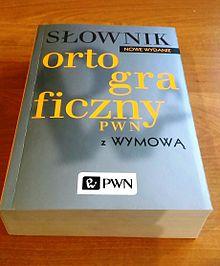 Leżące na blacie, książkowe wydanie słownika ortograficznego.
