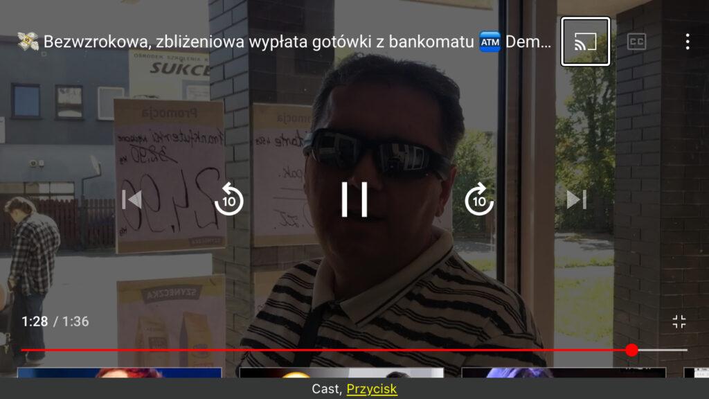 Kadr z nagrania - Piotr stojący przed bankomatem