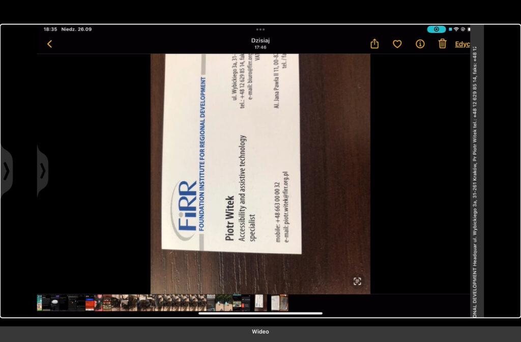 Kadr z nagrania - Zdjęcie angielskiej wizytówki Piotra